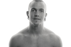 Verticale noire et blanche d'un jeune homme beau. photo libre de droits