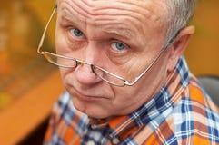 Verticale occasionnelle d'homme aîné. Images libres de droits