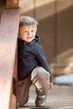 Verticale occasionnelle d'un garçon mignon d'enfant en bas âge Photos libres de droits