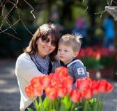 Verticale occasionnelle d'une mère et d'un fils en stationnement Photo stock