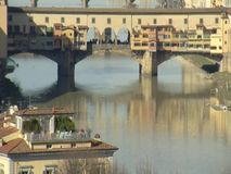Verticale panning van Florence Golden Bridge Bodem aan stock footage