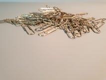 Verticale papier-klem metaalpaperclippen stock foto