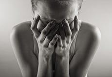 Verticale pleurante de femme Images stock