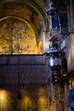Verticale: Priorità alta dei bruciaprofumi ed albero del mosaico di Jesse dentro il ` s Balsica di St Mark a Venezia Immagine Stock Libera da Diritti