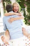 Verticale romantique de l'embrassement aîné de couples Photo libre de droits