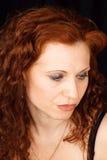 Verticale rouge de femme de cheveu photographie stock libre de droits