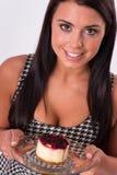 Verticale Samenstellings Aantrekkelijke Donkerbruine Vrouw die Kaastaart eten royalty-vrije stock afbeeldingen