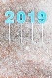 Verticale schema van de jaar 2019 het blauwe kleur op houten raad en snowfla stock fotografie
