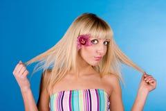 Verticale sensuelle de jeune belle fille blonde images stock