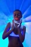 Verticale sexy de fille avec le renivellement de néon de lueur Images libres de droits