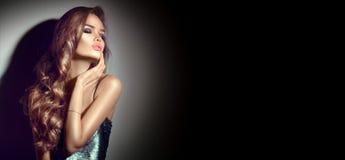 Verticale sexy de jeune femme Fille séduisante de brune posant dans l'obscurité Dame de charme de beauté avec de longs cheveux bo photo libre de droits