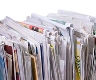 Verticale stapel van kranten en vliegers Stock Foto's