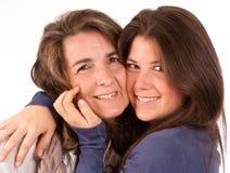 Verticale tendre d'une maman et de son descendant de l'adolescence Photos stock