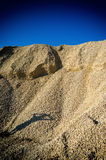 Verticale trillende hoop van rots met menselijke schaduw Stock Foto's