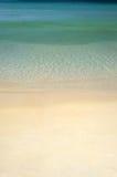 Verticale tropicale semplice della sabbia e del mare fotografia stock