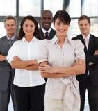 Verticale verticale d'un chef de file des affaires féminin Photo stock
