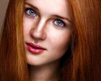 Verticale verticale de beauté normale d'une fille de gingembre Image libre de droits