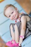 Verticale verticale de fille heureuse d'enfant en bas âge Photos libres de droits