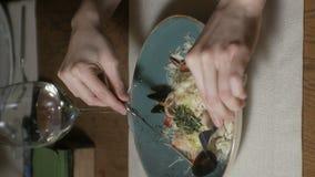 Verticale video Mooie blondevrouw die en in restaurant, middagpauze eten drinken stock footage