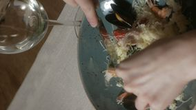 Verticale video Mooie blondevrouw die en in restaurant, middagpauze eten drinken stock videobeelden