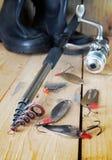 Verticale visserijsamenstelling met divers metaalaas en het spinnen Stock Foto's