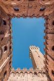 Verticale zegel van Siena van binnenuit Palazzo Comunale en Torre del Mangia royalty-vrije stock foto