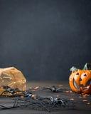 Verticale zwarte achtergrond met Halloween-symbolen Stock Fotografie