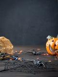 Verticale zwarte achtergrond met Halloween-symbolen Stock Foto's