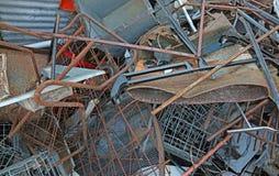 vertido del material ferroso en el centro de la colección del recycla fotos de archivo libres de regalías