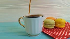 vertido en una taza de café, macaron del desayuno almacen de metraje de vídeo