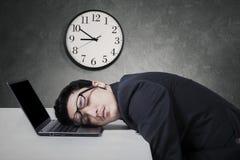 Övertids- chefarbete och sömn på bärbara datorn Arkivfoton