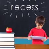 Vertiefen Sie gegen roten Apfel auf Stapel von Büchern im Klassenzimmer Stockbild