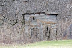 Vertiente abandonada en el bosque Fotos de archivo
