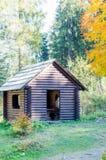 Vertiente en bosque La casa de madera en el bosque la casa se hace de cabaña de madera Imagen de archivo