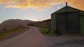 Vertiente sola durante puesta del sol en el Quiraing en la isla de Skye - Escocia almacen de metraje de vídeo
