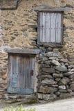 Vertiente vieja de las puertas en pueblo español Fotografía de archivo