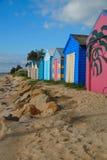 Vertientes coloreadas del barco en la playa foto de archivo libre de regalías