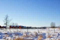 Vertientes de madera en un paisaje del campo del invierno Foto de archivo libre de regalías