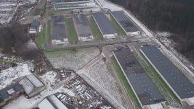 Vertientes en la granja, visión aérea clip Vista aérea de la casa de pollo industrial en el bosque almacen de video
