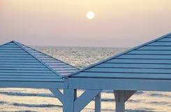 Vertientes en la playa en la puesta del sol imagen de archivo libre de regalías
