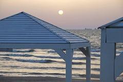 Vertientes en la playa en la puesta del sol fotografía de archivo