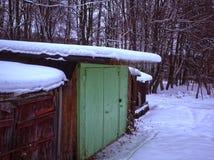 Vertientes viejas en el campo en invierno imágenes de archivo libres de regalías