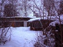 Vertientes viejas en el campo en invierno imagenes de archivo