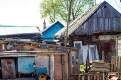 Vertientes y casas en el pueblo imagen de archivo