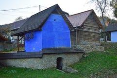 Vertientes y tiendas de madera brillantemente pintadas tradicionales en Hervartov fotografía de archivo