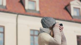 Vertiginous Wiruje strzał Turystyczna kobieta Bierze fotografię Historyczny budynek zbiory wideo