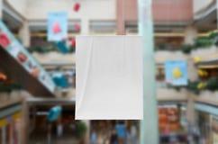 Vertikal banermodell på en shoppinggalleria Royaltyfri Bild