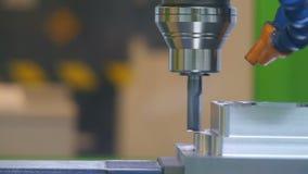 Vertikal bearbeta med maskin mitt för CNC för att bearbeta för metall Närbild lager videofilmer