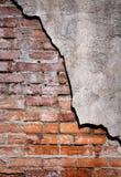 Vertikal bild av den lantliga tegelsten- och stuckaturväggen Arkivbilder