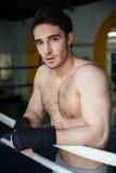 Vertikal bild av den lugna boxaren som kopplar av i boxningsring Royaltyfri Bild